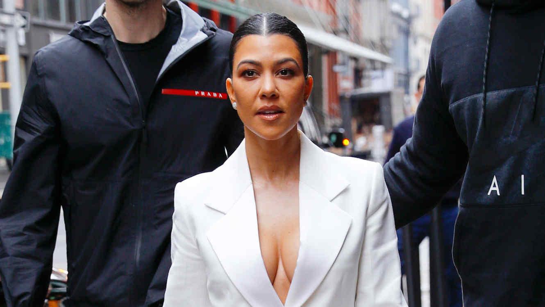 kourtney-kardashian-escote-blazer-blanco-febrero-2019