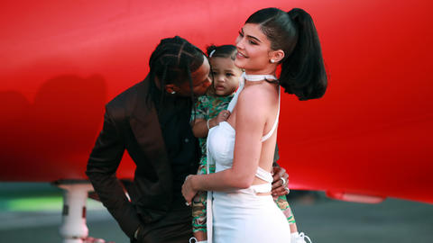 kylie-jenner-travis-scott-y-su-hija-stormi-webster-en-la-presentacion-del-documental-look-mom-i-can-fly-2019