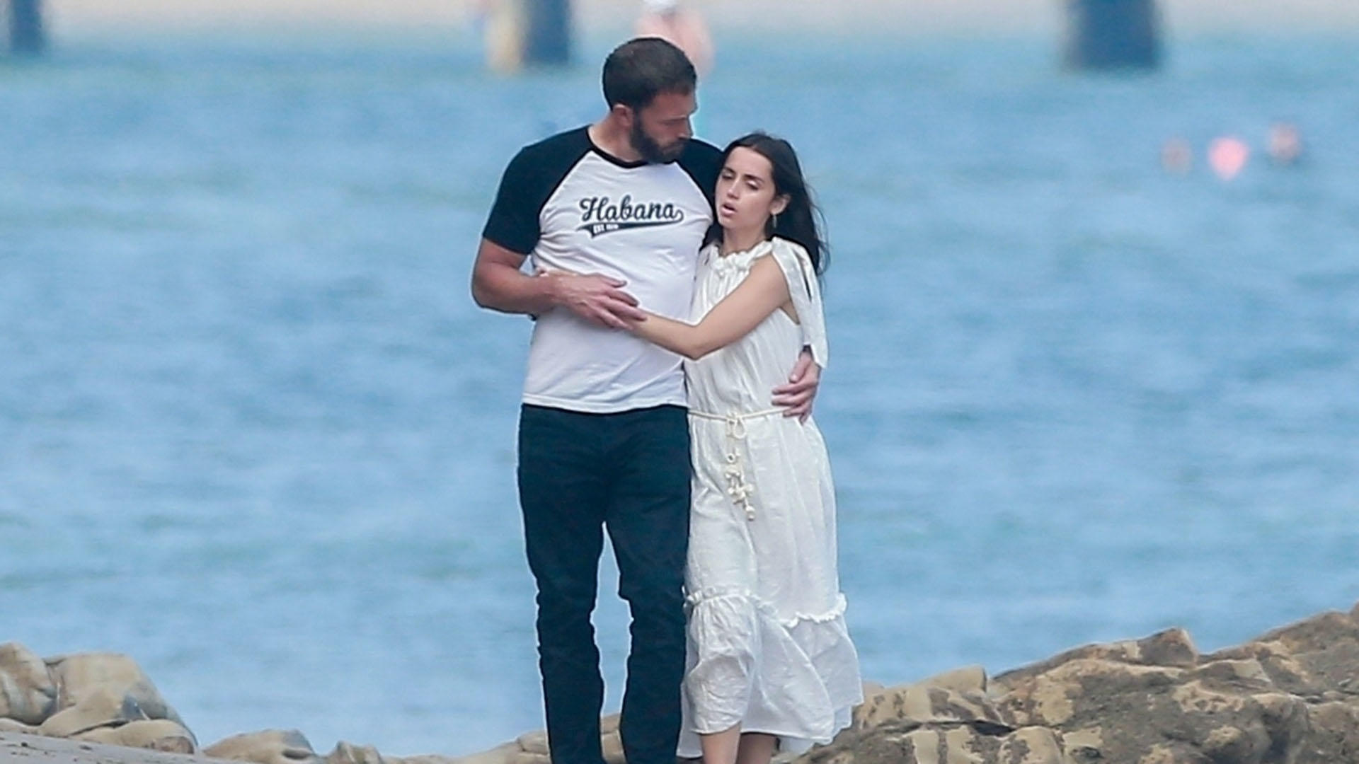 Photo © 2020 Backgrid/The Grosby Group Spain: Lagencia Grosby  Malibu, CA  - *EXCLUSIVE* - Ben Affleck and Ana De Armas look more in love than ever spending time at the beach in Malibu with Ben's BFF Matt Damon and his wife Luciana. Ana and Ben could not keep their hands to themselves and took some private time to stroll along the beach.  Pictured: Ben Affleck and Ana De Armas   AUGUST 2020