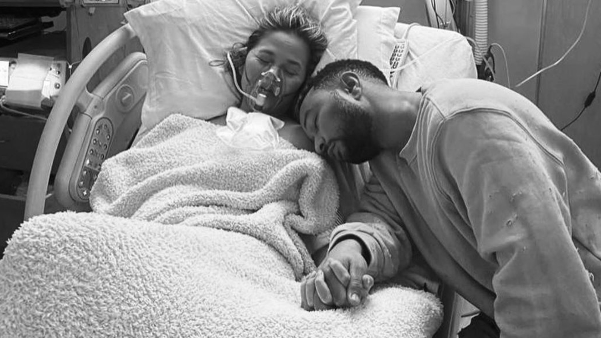 john-legend-y-chrissy-teigen-en-el-hospital